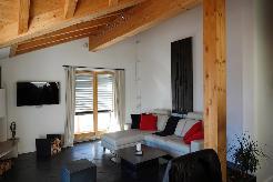 Wohnzimmer mit 2 Balkonen und Cheminée