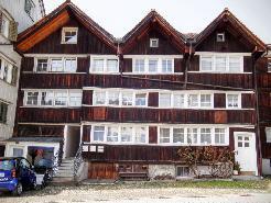 Hausfront mit den 3 Ebenen im linken Hausteil