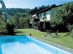 Haus mit Pool und Sitzplätzen