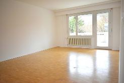 Das helle Wohnzimmer mit direkten Zugang zur Terrasse