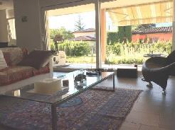 Luxuriöse 2.5 Zimmer-Gartenwohnung in zentraler, ruhiger und sonniger