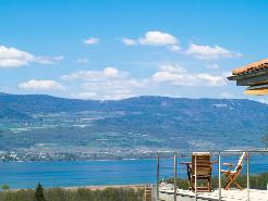 Balcon avec vue plongeante sur le lac