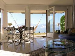 Espace repas avec accès sur la terrasse