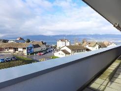 Terrasse avec vue sur le lac, le Jura et la ville