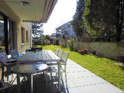 Herrlicher Garten mit gedecktem Sitzplatz